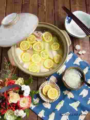 柚子のおいしさをまるごと堪能する鍋物。たっぷり入れたスライスの柚子は、もちろん具材のひとつとして楽しめます。お肉はもちろん、牡蠣などを入れてもおいしそうですね。
