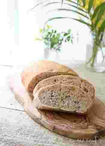 強力粉などに玄米雑穀ごはんをこねて作る、もっちりパン。お好みの雑穀によって味わいもまた変わります。トーストするとサクサク軽い食感になり、サンドイッチやオープンサンドにもおすすめ。