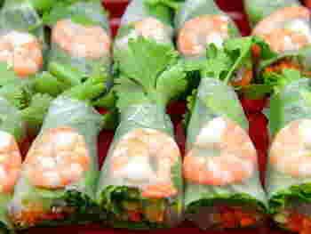 東南アジア料理と聞いて、「生春巻き」を思い浮かべる方は多いのではないでしょうか。  ワンハンドで食べられる手軽さと彩りのよさは、おもてなしシーンにもぴったりですよね。  ライスペーパーとパクチーがあれば、お好きな具材を巻くだけでお手軽に作れますよ!