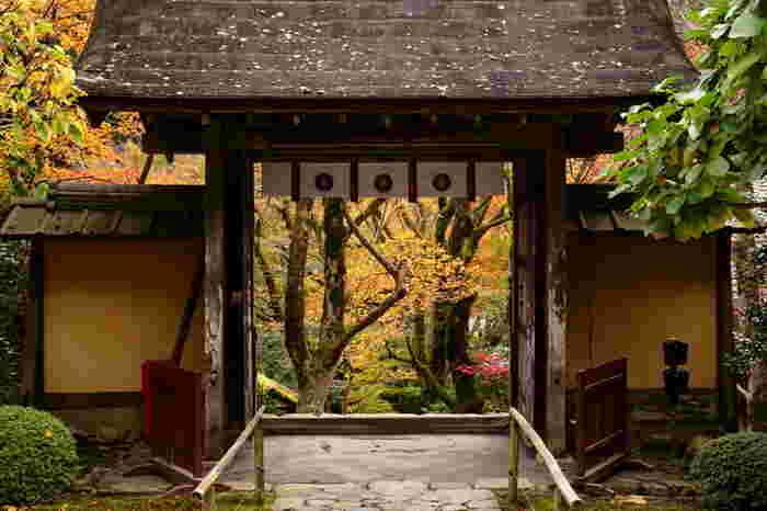 比叡山麓、京都市左京区大原地区にある寂光院は、平安時代末期の1185年に、壇ノ浦の戦いで滅亡した平家の子孫、建礼門院が、隠棲した「平家物語」ゆかりの寺です。