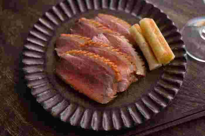 日本では鴨はニワトリより歴史が長く、奈良時代からご馳走に欠かせなかったと言われています。京都では今もおせちに鴨をいただく風習が残っている場所も。うっすらローズ色の断面が食欲をそそる豪華なカモ肉を、薄くスライスしていただきます。つけ汁につけておけば、冷蔵庫で3日、冷凍庫で1ヵ月ほど保存できるので、早めにつくっておくのがおすすめです。