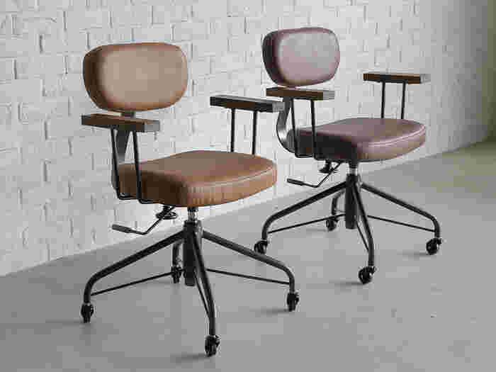 「作業いす」とは、事務仕事やパソコンなどの作業をするためのいすを指します。いすの種類のなかでも、背もたれの傾斜角度が最も小さいタイプ。背筋がピンと伸びるようなイメージで座ります。