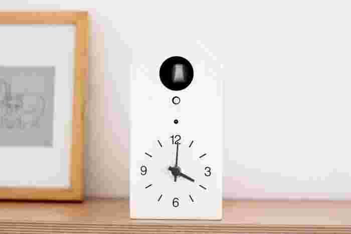 モノトーンなのに、どこか可愛らしさがある鳩時計です。小さくてもはっきりとした文字盤で、時間も見やすい。大と小の2サイズあります。写真は小。