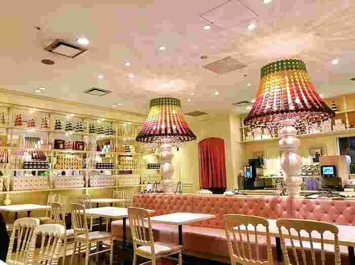 ソラマチ6階にある「Salon de Sweets(サロンドスイーツ)」は、大人女子に人気のビュッフェレストラン。白やピンクを基調としたインテリアがかわいらしく、優雅な時間を過ごせます。
