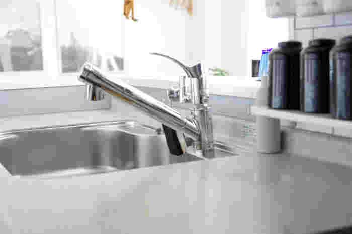 """もちろん、「予防する」か「掃除する」かどちらも手間がかかりますが、料理⇒片付け⇒洗い物の流れの最後にちょこっとタオルで拭いてキレイをキープしておけるほうが、""""いつも気持ちい""""キッチンに近づけるはず。"""