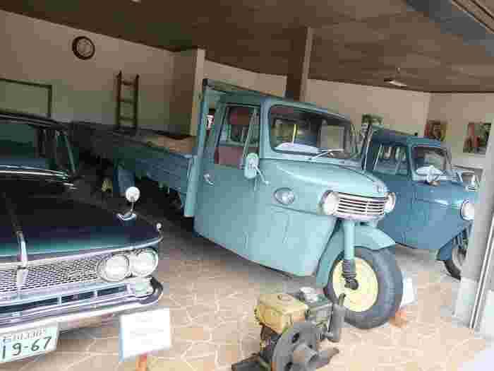 屋外には昭和の車の展示も。「となりのトトロ」で出てきたような三輪のトラックもあります。