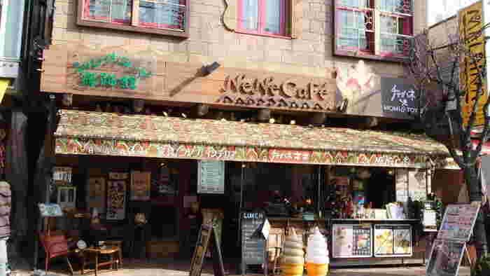 みなとみらい線の元町・中華街駅から10分くらい歩くと見えてくるエスニック感がかわいい「ネネ カフェ」は、雑貨屋さん「チャイハネ」が運営するカフェ。本店の他関東域に2店舗を構え、チャイ、そしてエスニックフードを新しいスタイルで提供するカフェです。
