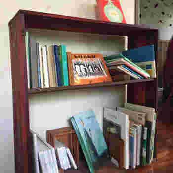 本棚には絵本など子供も大人も楽しめる本がたくさん。 お子さまと一緒に、自分が子供の頃に読んだ懐かしい絵本を一緒に楽しむのもいいですね。