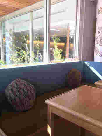ファッションブランド「ミナ ペルホネン」によるセレクトショップ「call」に併設されているのが、こちらのカフェ「家と庭」です。