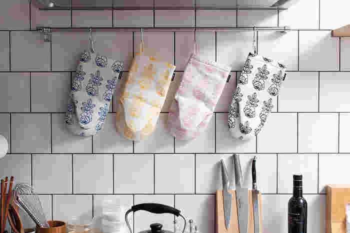 マリメッコのオーブンミトンは明るくオシャレなデザインです。可愛いけれど子供っぽくないから、インテリアともマッチしそう。飾っても楽しめる楽しい柄です。