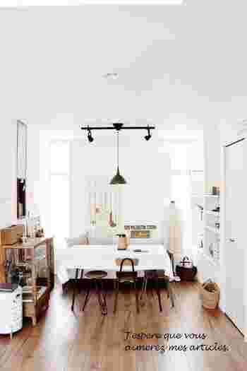 壁やテーブルクロスなど、白で統一された清潔感ある空間。  アンティークの小物や、ちょっと個性的なチェアを置くと、ハイセンスな仕上がりに。