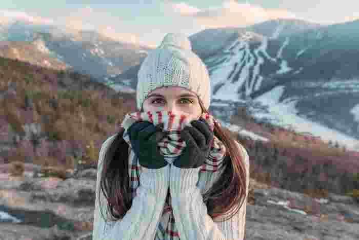 首、手首、足首という、体の中の「首」と名前がつく場所をおさえると、体があたたまりやすくなります。  そのあたりの皮膚には大きな動脈が通っているため、冷たい外気があたれば寒く感じやすく、また、あたためてあげることで、血行がよくなり、あたたかさを実感できます。  首元はマフラーやタートルネックで守ったりと、外気が隙間から入り込まないように工夫しましょう。