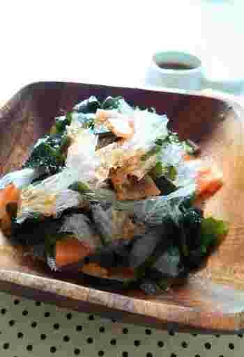 こちらは同じく海藻の若芽と一緒にいただくサラダ。  人参が入って彩りもいいですね。