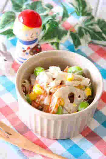 こちらはレンコンに人参・枝豆・コーン・茹で鶏を加えて、ごま+マヨネーズで味付けした彩の綺麗なレンコンサラダです。火は一切使わずに調理できるので、暑い夏の時季にぜひおすすめですよ。