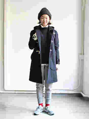 冬の定番・ダッフルコート。シンプルなインナーの着こなしも、フロントのトグルがアクセントになってくれますね。