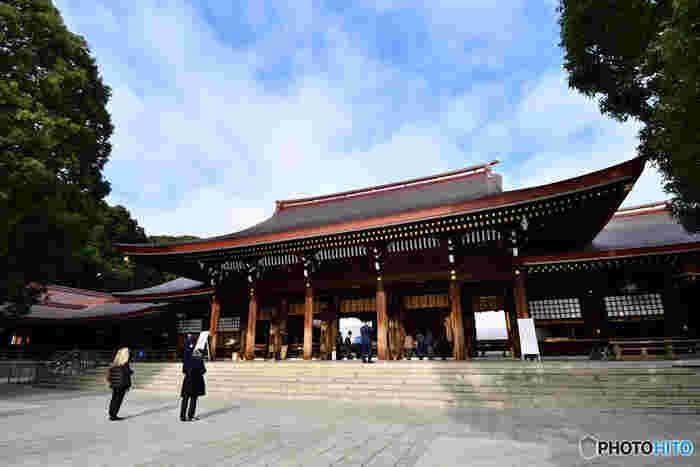 初詣の参拝客数が日本一を誇る「明治神宮」。原宿駅から徒歩1分とアクセスも抜群です。待ち受け画面にすると運気が上がると噂の「清正井(きよまさのいど)」や、縁結びにご利益があるとされる「夫婦楠(めおとくす)」など、パワースポットがいくつも点在しています。