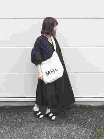 襟元と袖にギャザーをほどこしたビッグシルエットのワンピースは、ブラックをチョイスすることですっきりとした雰囲気に仕上げています。襟を抜きぎみに着て、ルーズな可愛らしさに。