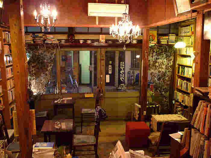 そんなおしゃれエリアにある珈琲舎 書肆 アラビクもまた、レトロながらもセンスの良さを感じさせるおすすめのブックカフェ*古民家の良さを残しつつリノベーションした珈琲舎 書肆 アラビクは、その昭和の古民家の居心地の良さを残したブックカフェとなっているため、リピーターの多い人気スポットです。