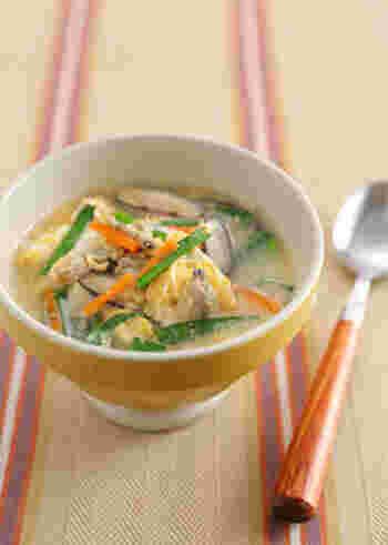 アサリやニラ、椎茸を卵でとじた、栄養たっぷりの卵スープ。細粒の鶏がらスープの素とニンニクも加わり、体の中からポカポカと温まりますよ。  ダイエット中体を冷やしていると、代謝も悪くなるので、ダイエットをせっかく頑張っても効果が発揮されません。体を温めることも意識して日々過ごすようにしましょう!