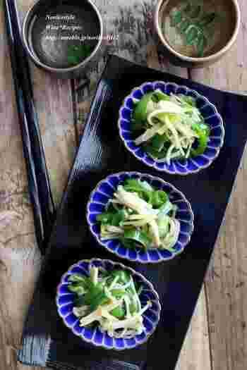 アジアン料理のお供にぴったりなピーマンの副菜レシピ。ナンプラー、オイスターソースなどの調味料を入れた耐熱ボウルにピーマンとえのき、生姜を加えてレンジで3分、かき混ぜてさらに1分加熱。仕上げに黒コショウと黒酢で味を整えれば完成です。
