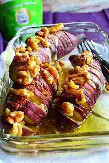 ケーキを作るよりも手軽だけど、テーブルに出した時には歓声が聞こえそうなお芋のスイーツ。醤油を使った甘じょっぱいメーブルシロップが美味しさのポイントです。