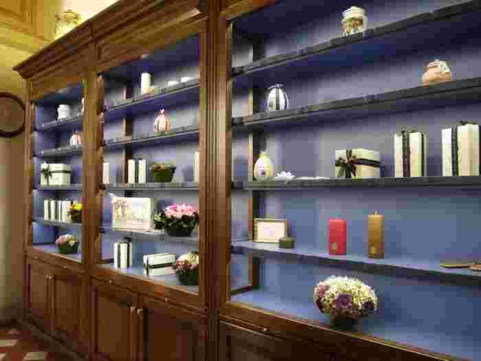 1612年には正式に「薬局」として認められたサンタマリアノヴェッラ。メディチ家から「王室御用達製錬所」の称号も受け、薬局として広く認知されました。薬局としての名残なのか、外箱のデザインはシンプルに統一されています。