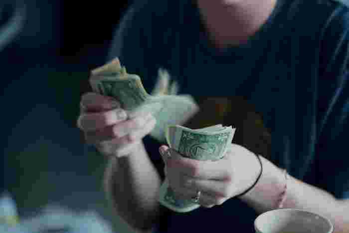 食事が終わったらいよいよお会計ですね。レストランなどはだいたいテーブル会計になることがほとんどなので、スタッフを見つけてこう伝えてください。   「Could you get me a check?(伝票をもらえますか?)」 そうするとテーブルまで伝票を持ってきてくれます。ここで現金かカードで支払いを済ませましょう。チップを渡すことも忘れずに!