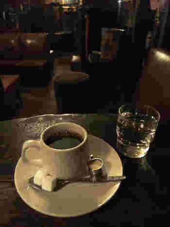「全席喫煙」「飲み物の持込みはできません」とあります。メニューは珈琲、ジュース(オレンジジュース)、ティーの3種類のみで、「クラシック」と変わらず、食べ物はご自由に持って来てくださいというシステム。ちなみに前金制で、飲み物のお代わりは200円です。