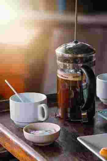エスプレッソマシンが家になかったり、エスプレッソが少し苦手だなという場合には、フレンチプレスやドリップで少し濃いめに抽出したコーヒーでもカフェラテを作ることができます。フレンチプレスは紅茶の抽出用としてもお馴染みですが、もともとはコーヒーを美味しく飲むために考えられた器具。お湯を注いでフタをして、4分待つだけでコーヒーの香りや風味をストレートに引き出してくれる抽出方法です。