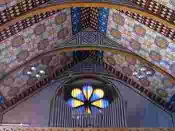 こちらはステンドグラスだけでなく、フレスコ画も美しい教会です。