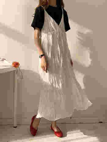 1枚で着るのにはちょっぴり抵抗のある白のキャミワンピも、黒のTシャツと合わせることで、甘さ控えめに。真っ赤なフラットシューズも良いスパイスになっています。