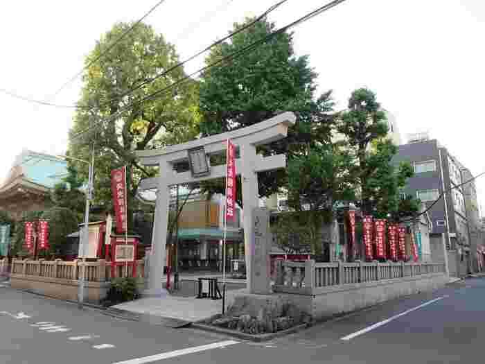 浅草駅から10分ほど歩いたところにある「矢先稲荷神社」は、1642年(寛永19年)に、3代将軍徳川家光が京都にならい三十三間堂を建立し、その鎮守として稲荷神を祀ったのが始まりと言われています。