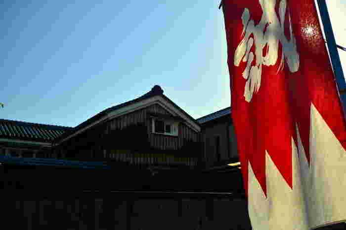 大河ドラマやアニメなどでも取り上げられる新選組。新選組とは、主に京都で活躍した治安組織です。身分にとらわれずに集まった集団で、京都守護職の会津藩主・松平容保公のもと、活動していたと言われています。新選組は将軍警護のため京都に来たのち、厳しい法度で仲間を失う悲しい出来事もありましたが、幾多の活躍で歴史に名を残しました。そんな新選組ゆかりのスポットが京都には点在しています。新選組の歴史を学べるスポット、怒涛の幕末を生きた新選組の想いを感じられる場所をご紹介していきます。