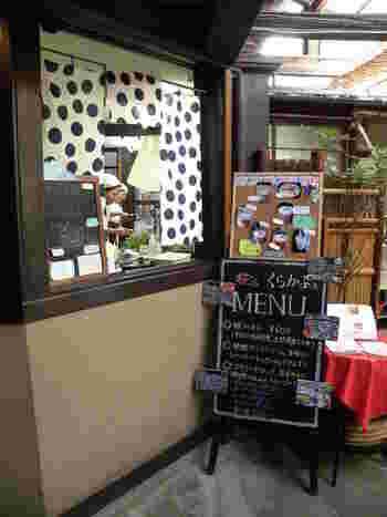 蔵の中にはカジュアルなカフェも併設されています。糀を使ったフレンチトーストなどのスイーツメニューが楽しめるから、お酒を飲めない人でも楽しめます。