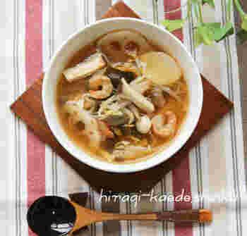 食物繊維がたっぷり含まれているきのこと根菜で美味しく腸をデトックス♪ キムチを加えて脂肪の燃焼も促進。身体の調子を整えてくれる万能スープです。