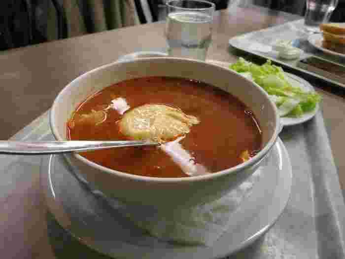 街の中心部、ヒュートリエット(Hötorget)の地下のマーケット内にあるシーフードレストランで有名なのがこのフィッシュスープ。シーフードがごろごろ入っていてとっても美味しいスープです。パンやサラダはセルフですがそのぶんお値段も安く、外食費が高いストックホルムでは貴重なレストランです。