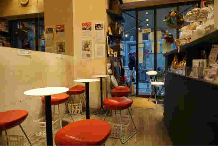 朱色のスツールに丸い白テーブルがポップな雰囲気。カウンターとテーブル席、それからお店の外を合わせて22席ほど。ここでコーヒーを飲んでからお仕事に向かう市場関係者の方も少なくないそう。