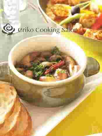 スペイン料理でよく知られる小皿料理のタパスは、アペタイザー(前菜)。アヒージョは、タパスの中でも人気ですね。弱火でじっくり煮なければならないので火加減が難しいといわれますが、トースターで作れば簡単。中の具はマッシュルーム以外にもオイルサーディンや海老、タコなどお好みで。