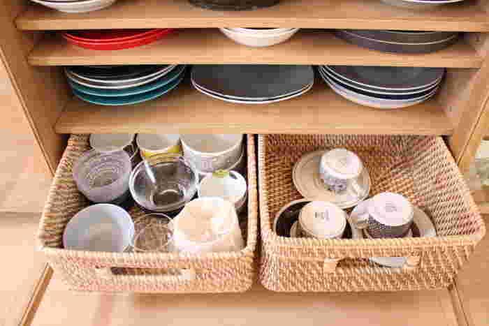意外と奥行きのある食器棚は、小皿や取り皿、カップ類などを収納すると、奥にあるものは取り出しにくくなって結局使わないままになることも。そこで活躍してくれるのが、背が低めの【バスケット】や【ボックス】です。簡単に引き出すことができるので、奥のアイテムも取り出しやすくなりますね。