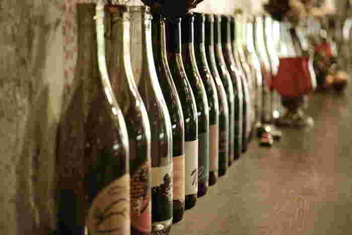 昼は木漏れ日を感じながらのランチ。夜はしっとりロウソクの灯りでワインを傾ける。