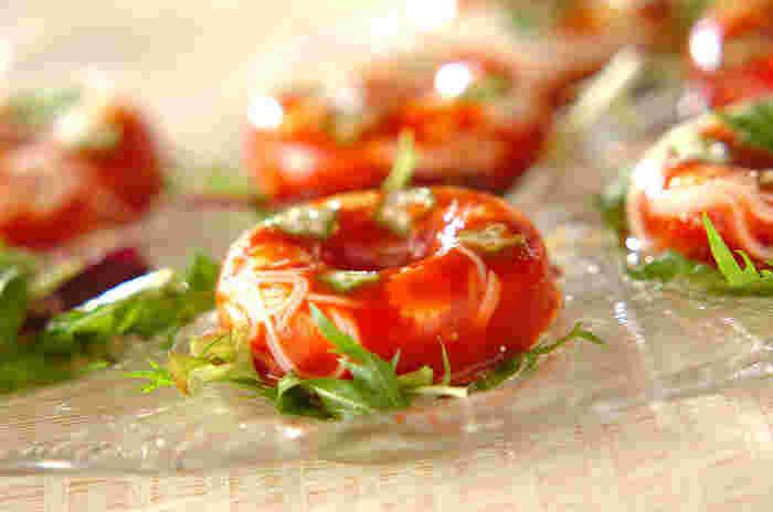 見た目が楽しいトマトジュースのドーナツそうめんです。おもてなしにもよさそうな一品ですね。