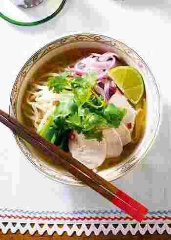 ベトナムの国民食でもある「フォー」。あっさりとしたスープにツルツルとした食感の米粉の麺。「ガー」は鶏のことで、ヘルシーなトリムネ肉がのっています。お好みでパクチーなどの香草やライムをトッピングすれば爽やかで夏にぴったりの一品に。