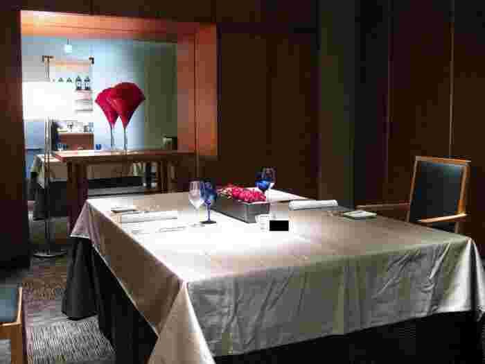 記念日のお祝いは、周りを気にせず個室でゆっくりディナーを楽しみませんか?「L'Alliance(ラリアンス)」は2人から30人までシーンに合わせた個室が用意されたフレンチレストラン。木や石、ガラスなど自然素材が多く使われた店内は、非日常空間です。