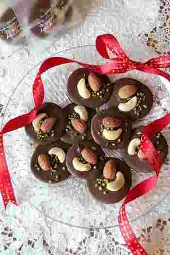 薄く丸く広げたチョコレートにナッツやドライフルーツを散りばめれば、こんなお洒落な一品に。そのまま食べても美味しいこのチョコなら、バレンタインのプレゼントにはもちろん、ケーキのデコレーションにも活躍します。皆で取り合いになってしまいそうな、豪華なチョコレート飾りです。