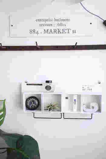 セリアのディスプレイボックスをつなげて作るディスプレイボックス。アイアンバーはキッチンで使うふきんを掛けたり、S字フックを吊るしてマグカップなどを吊るしても便利に使えそうです。