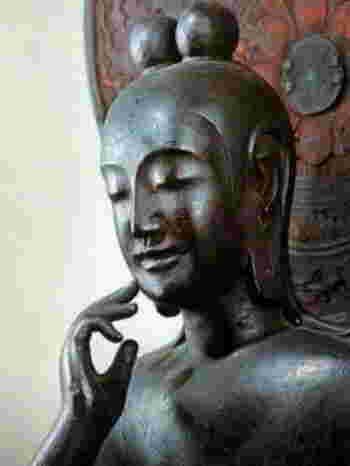 法隆寺のすぐ近くにある中宮寺。そこに安置されているのが弥勒菩薩半跏思惟像(みろくぼさつはんかしゆいぞう)です。  穏やかで上品な微笑みと、美しく柔らかな指の動きが見る人の心を魅了し、モナリザ・スフィンクスと共に世界三大微笑像の一つとなっています。