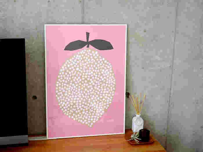 DARLING CLEMENTINE(ダーリン・クレメンタイン)のレモンのポスターは、ほんわかしたピンクがどんな壁の色とも馴染んで、そこだけ浮いてしまうということがありません。色数が少ないので、ごちゃごちゃした印象にならないのがいいですね。