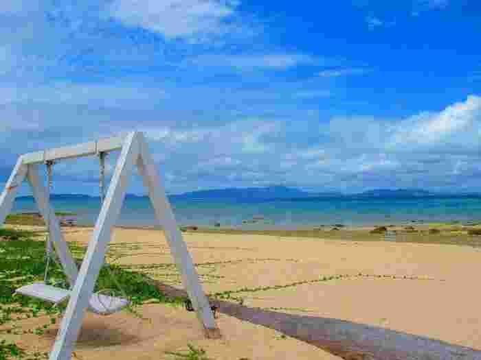 真っ青な空と海。キレイな砂浜には白いブランコ。まるでドラマのセットのようです。