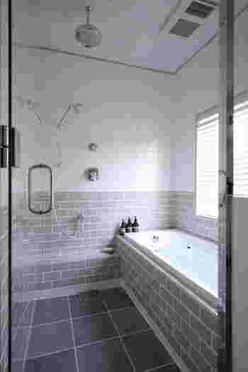 マッサージのタイミングでおすすめなのが入浴時。 湯船に浸かって血行がよくなり頭皮がやわらかくなっている状態でマッサージをすると、効果的だと言われています。