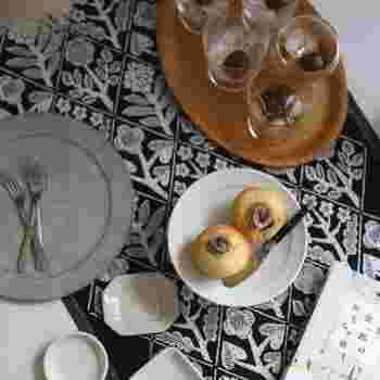 俯瞰でテーブルを見ると、テーブルランナーの柄が良くわかりますね。テーブルがぐっと華やかになり、お皿が引き立てられています。